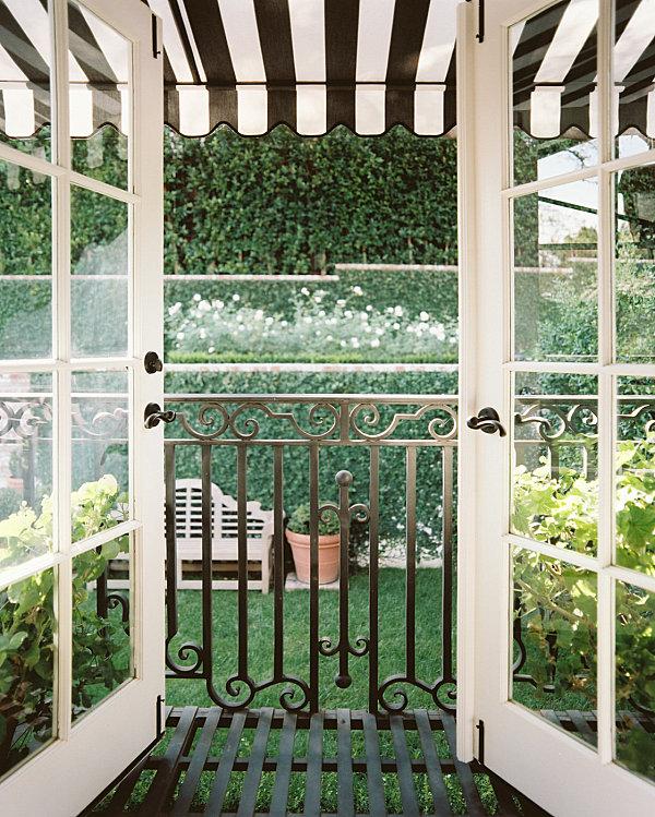 terrassengestaltung mit pflanzen schmiedeeisen gestreifter sonnenschutz