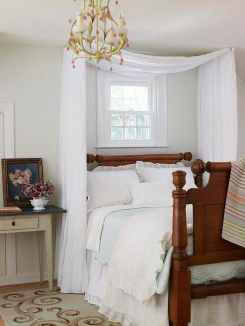 traditionell sachlich massiv bettgestell matratze kronleucher vintage stil