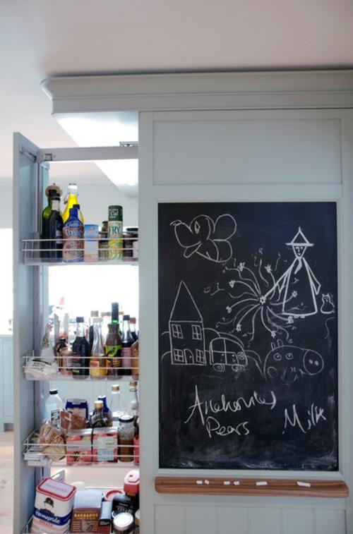 traditionelle Küche modern gestalten holz kühlschrank offen getränke