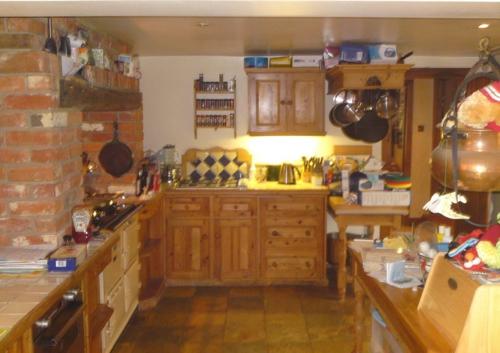 traditionelle Küche modern gestalten holz schrank schwarz weiß küchenrückwand