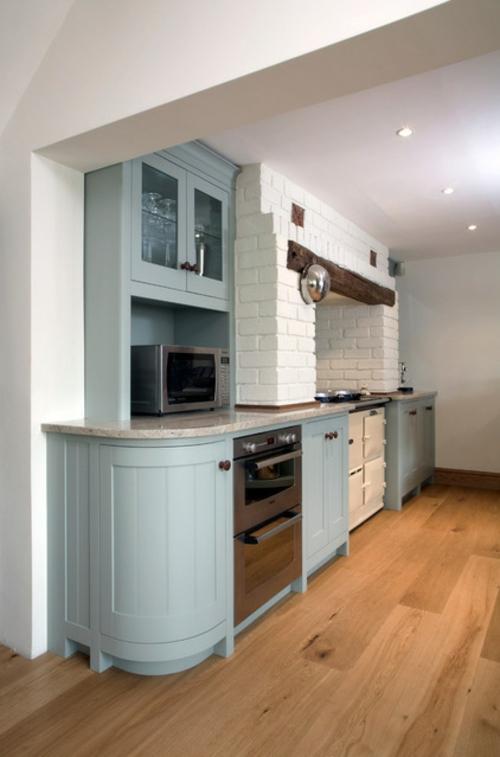 traditionelle Küche modern gestalten ziegelwand weiß blau schrank holz
