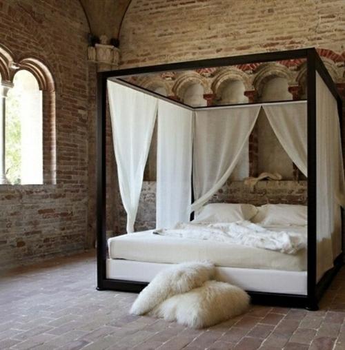 ziegelwände himmelbett matratze gardinen fellkissen