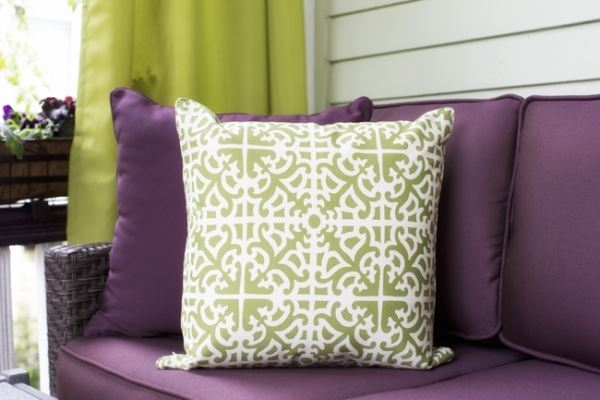 Ambiente in Violett inneneinrichtung kissen grün weiß kombiniert gemustert