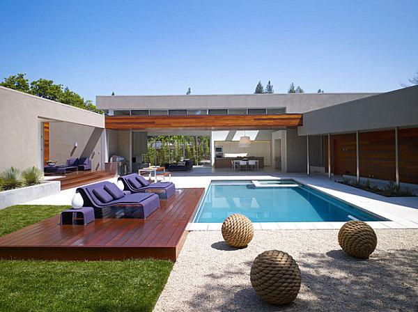 Ambiente in Violett inneneinrichtung pool außenbereich hof liegen
