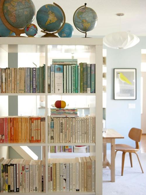 Die Bücherregale richtig und schick anordnen rosarot erdkugel ideen