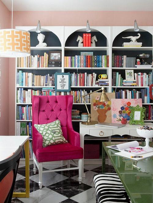 Die Bücherregale richtig und schick anordnen rosarot sessel hoch rücklehne
