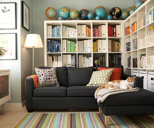 Die Bücherregale richtig und schick anordnen teppich streifen bunt sofa