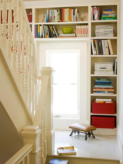 Die Bücherregale richtig und schick anordnen treppe geländer