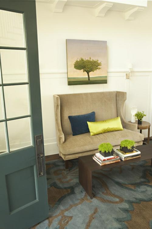 Die Zimmerpflanze Bubikopf schafft grüne Akzente sofa hoch rücklehne gemälde