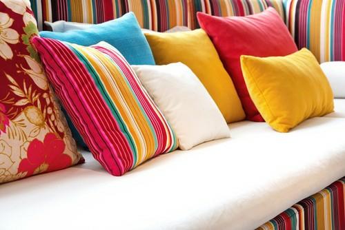 Farben und Trends bei Heimtextilien wurfkissen bunt gestreift gesättigt