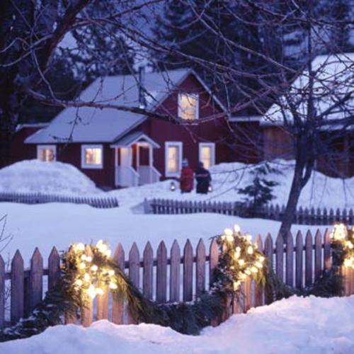 Gartenbeleuchtung zu Weihnachten gartenzaun holz schnee