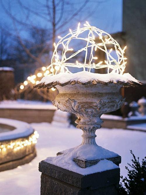 Festliche Gartenbeleuchtung zu Weihnachten ketten schnee skulptur