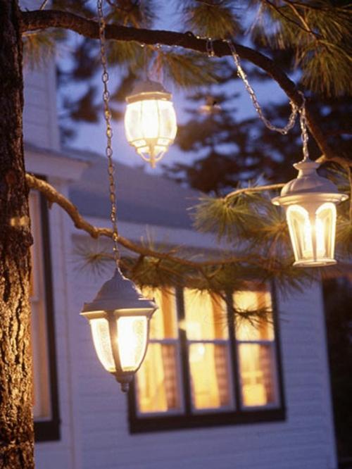 Gartenbeleuchtung zu Weihnachten laternen hängend baum