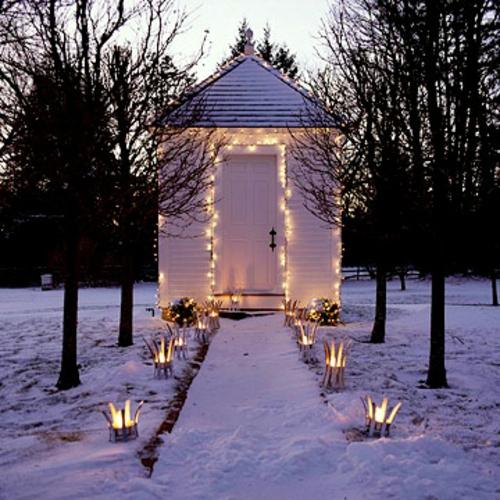 Festliche Gartenbeleuchtung zu Weihnachten schnee weiß lichter gartenhaus