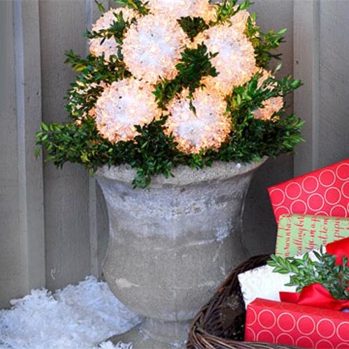 Festliche Gartenbeleuchtung zu Weihnachten schneebälle beton gefäß