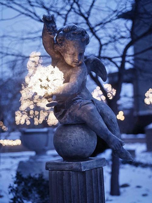 Festliche Gartenbeleuchtung zu Weihnachten statue kristall lichter
