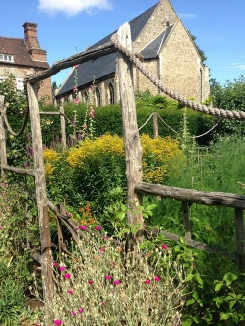 Magischer englischer Stadtgarten gestaltung arten pflanzen gelb