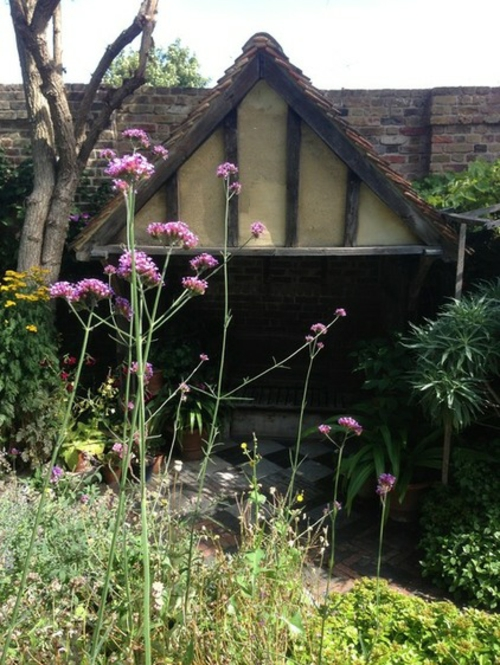 Magischer englischer Stadtgarten gestaltung fassade blüten lila