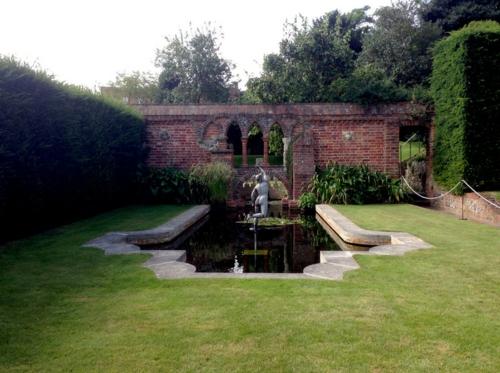 Magischer englischer Stadtgarten gestaltung skulptur gartenteich