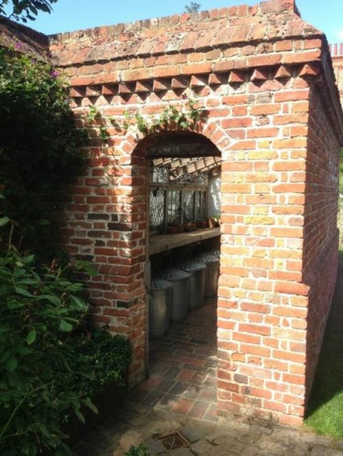 Magischer englischer Stadtgarten gestaltung ziegelfassade