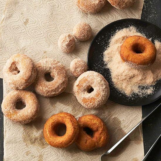 Schnelle leckere Nachtische für jede Jahreszeit zucker kürbiss doughnuts