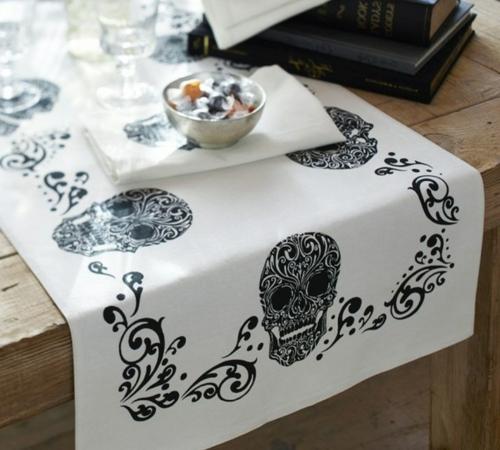 Totenkopf Dekoration zu Halloween tischdeko schwarz weiß tischdecke
