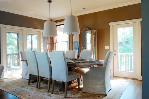 Warmes rustikal eingerichtetes Haus esszimmer hängelampen sitzüberzüge