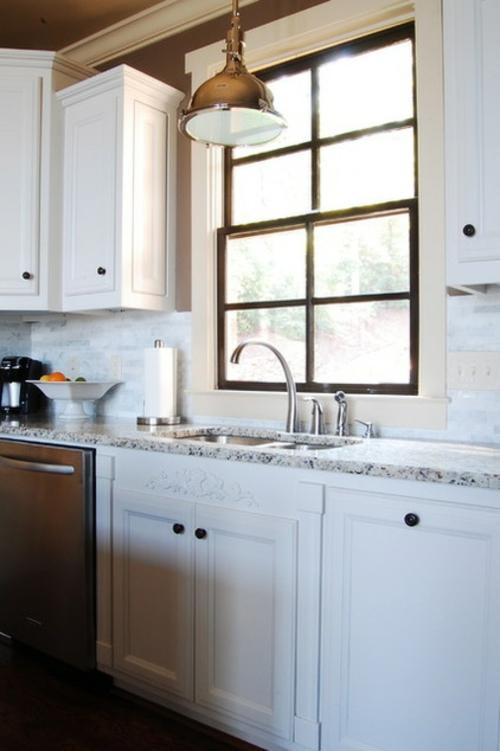 Warmes rustikal eingerichtetes Haus küche fenster spüle unterschrank