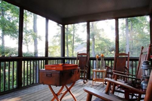 Warmes rustikal eingerichtetes Haus veranda geländer sitzecke truhe