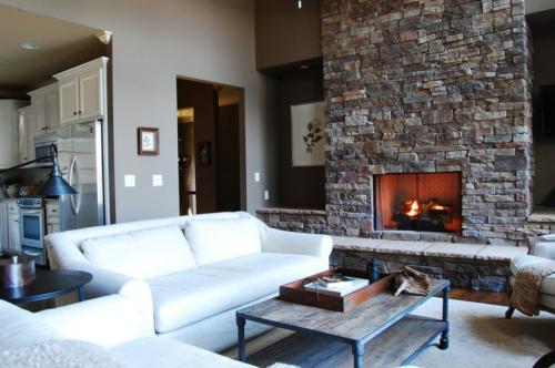 rustikal eingerichtetes Haus wohnzimmer weiß sofa