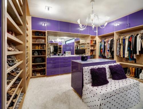 Wohnideen für einen funktionalen Wandschrank modern lila oberflächen