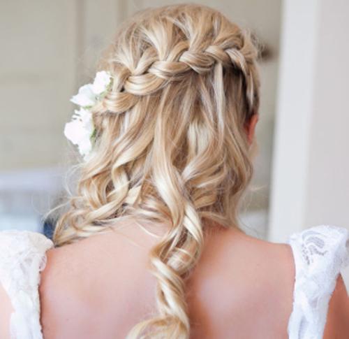brautfrisuren mit blumen blonde lange haare fischgrätenzopf