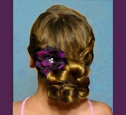 brautfrisuren blumen dutt aus zopf mit lila deko blume