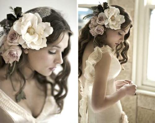 brautfrisuren mit blumen lockiges haar mit großen blüten