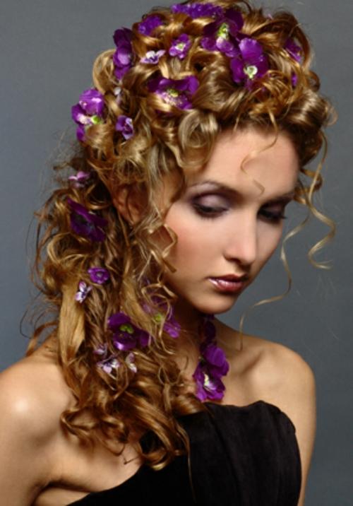 brautfrisuren mit blumen mit lila blüten und feinen locken