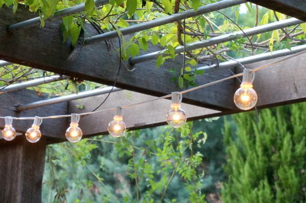 deko tricks glühbirnen kette außenbereich erhellen garten