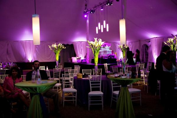 dekoration hochzeit idee design gäste kocktail violett wandgestaltung