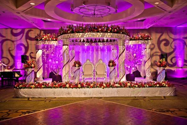 dekoration hochzeit idee design rezeption brautpaar lila leuchten