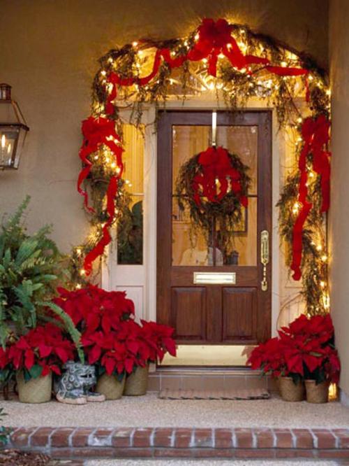 eingangstür rot schleifen girlanden lichterkette weihnachten