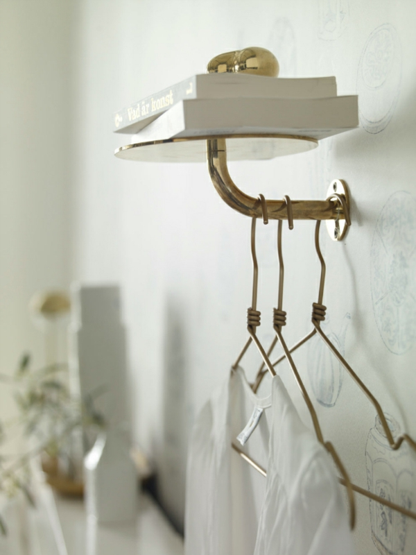 elegantes schlafzimmer goldener wandständer mit bügeln