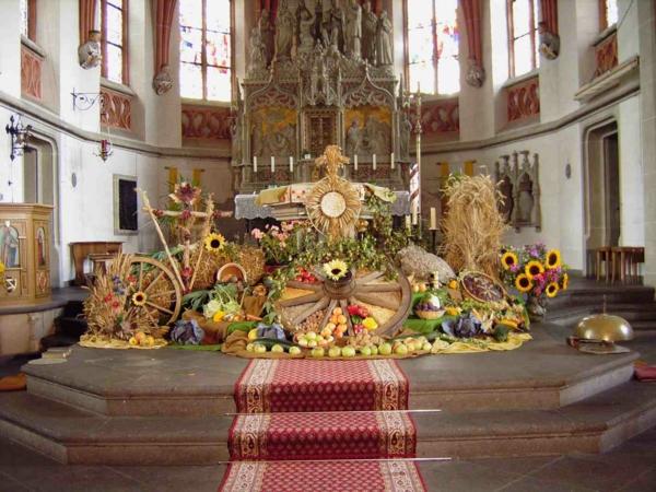 erntedankfest in deutschland prächtige altar dekoraion