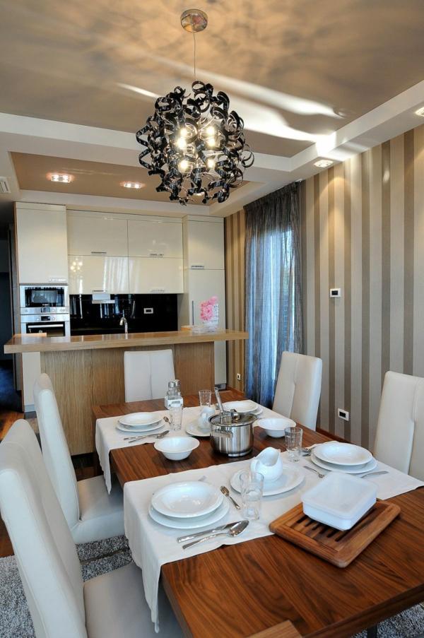 exklusive penthousewohnung robuster esstisch mit grober maserung