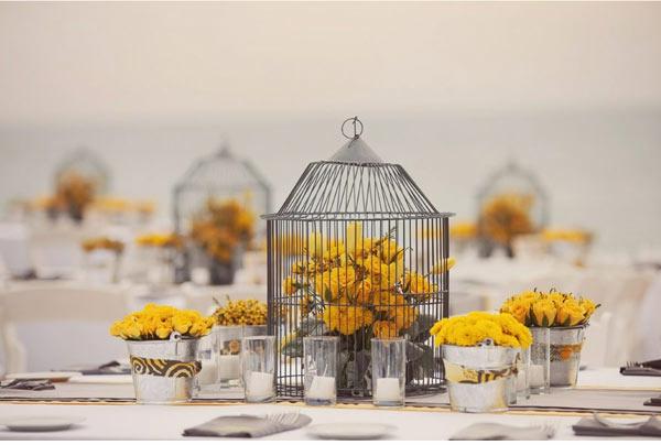 extravagante Hochzeitsdekoration gelb rosen blumen frisch käfig