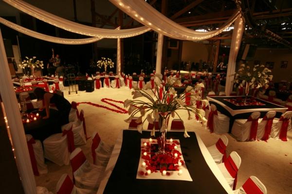 extravagante Hochzeitsdekoration rot weiß stühlen bezug