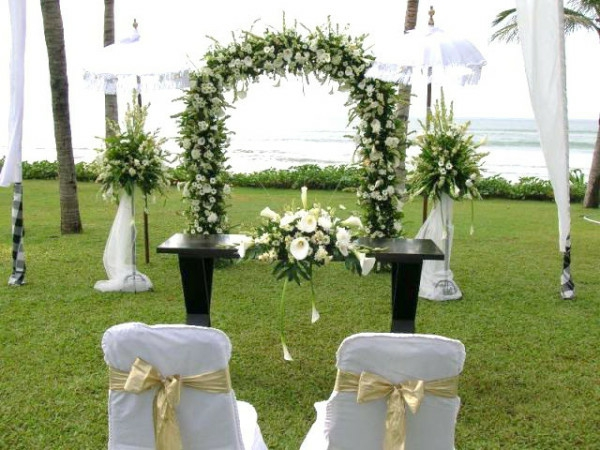 extravagante Hochzeitsdekoration sachlich weiß grünen