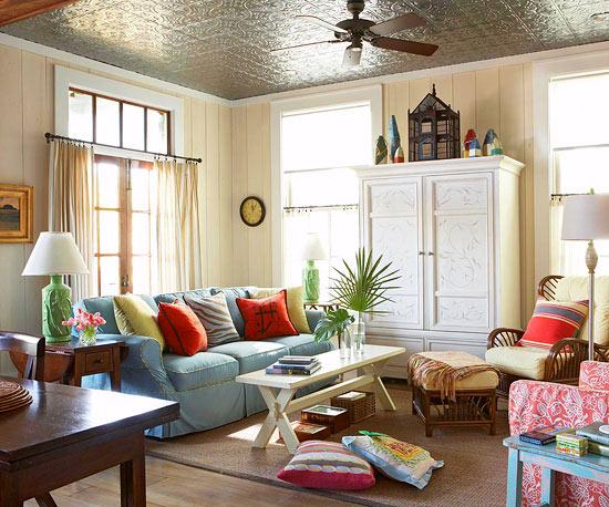 Familienfreundliche Wohnzimmer Bunte Kissen Silberne Deckenverkleidung