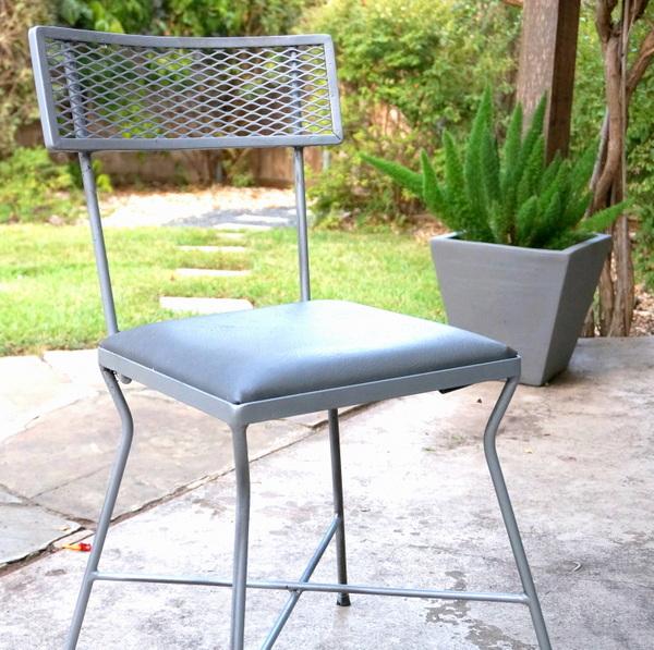 gartenarbeit im herbst einrichtung stuhl gerüst sitzkissen grau