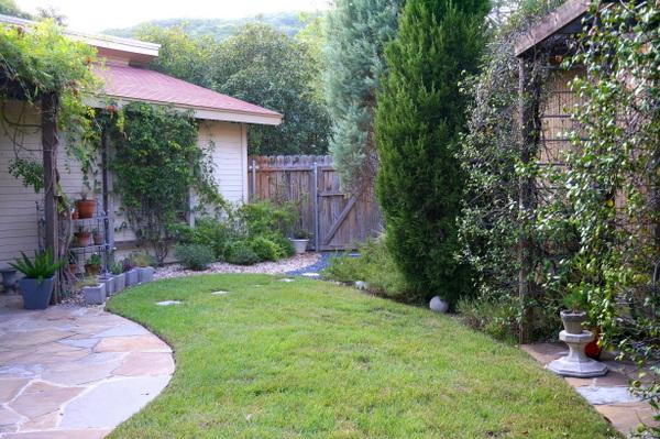 gartenarbeit im herbst gras rasen grün hinterhof