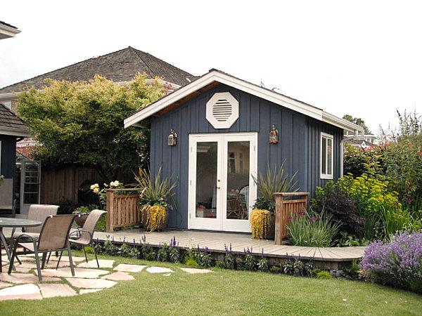 gartenhaus ideen dunkelgrau mit weißen kanten und kleiner veranda