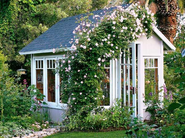 gartenhaus ideen in weiß und grau mit rosenstrauch